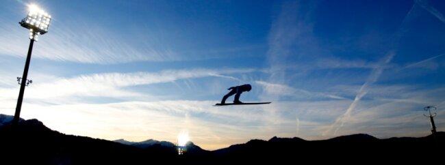 Am heutigen Montag beginnt in Oberstdorf die Vierschanzentournee. Spektakuläre Bilder mit der Drohne wollen dabei Jeremy Ziron und Jannick Saunus mit ihrer Firma J&J Media produzieren.