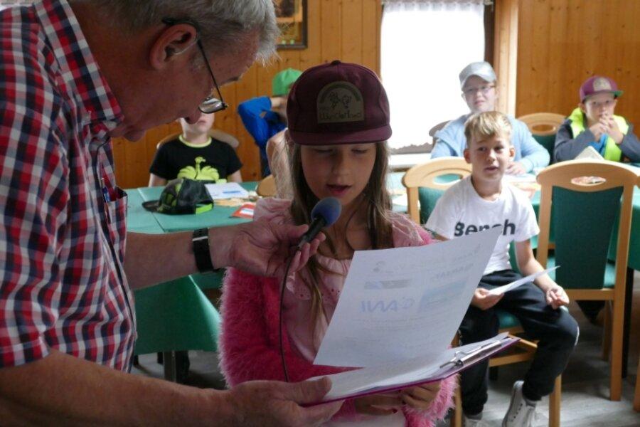 Angeleitet von Andreas Auerswald, der zum Arbeitskreis Amateurfunk und Telekommunikation in der Schule gehört, stellten die Hortkinder aus Börnichen Fragen an die in der Antarktis arbeitende Theresa Thoma.