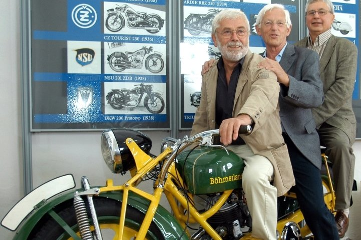 Die Gestalter der neuen Motorad-Museumsausstellung Fritz Bonss, Manfred Gottschall und Siegfried Lorenz (v. l.) auf einer Böhmerland-Maschine.