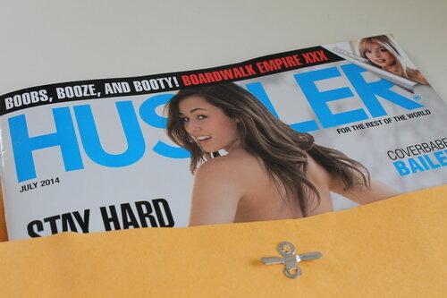 Ein Hustler-Magazin liegt am 18.04.2014 in einem geöffneten Briefumschlag auf einem Schreibtisch in Washington.