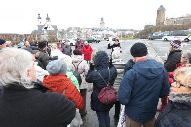 Stadtführerin Ines Damm nahm am Weltgästeführertag an die 50 Interessierte, überwiegend Plauener, mit auf eine Reise rund um die Alte Elsterbrücke in Plauen.