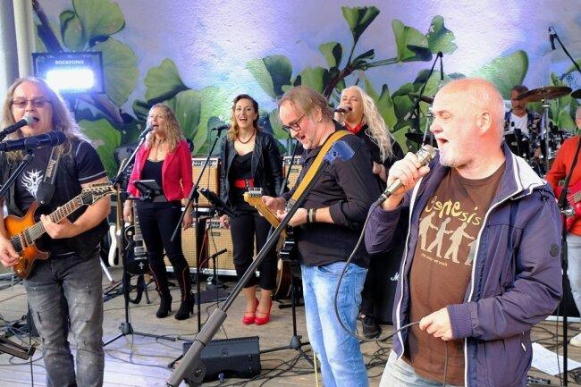 Hervorgegangen aus der Band Phon/Nova, stehen die Musiker der nach 35 Jahren neugegründeten Formation Supernova am Freitag zur Rocknacht auf der Bühne im Stadtpark Falkenstein. Hier bei ihrem ersten Auftritt Ende Mai in Reichenbach.
