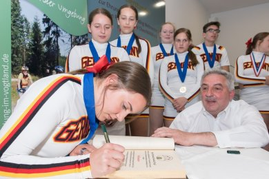 Als Deutschland 2018 in den USA Weltmeister wurde, gehörten 16 Cheerleader des CCV Cheermania Auerbach dem Team an. Lohn war die Eintragung ins Goldene Buch der Stadt Auerbach.