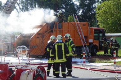 Dienstagmorgenist ein Lkw an der Franz-Mehring-Straße in Zwickau in Brand geraten.