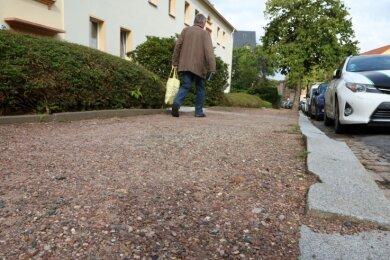 So präsentiert sich derzeit der Fußweg an der Hirschgrundstraße in Glauchau.