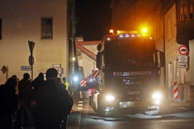 Nur rund 40 Zentimeter an jeder Seite hatte der Transport in Waldenburg Platz. Lampe, Erker und Fallrohr blieben unversehrt.