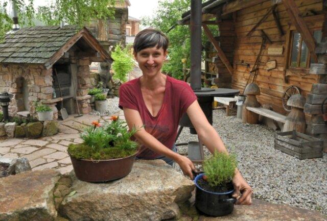 Alles vorbereitet: Romy Röthel bepflanzt noch die letzten Töpfe im Außenbereich.