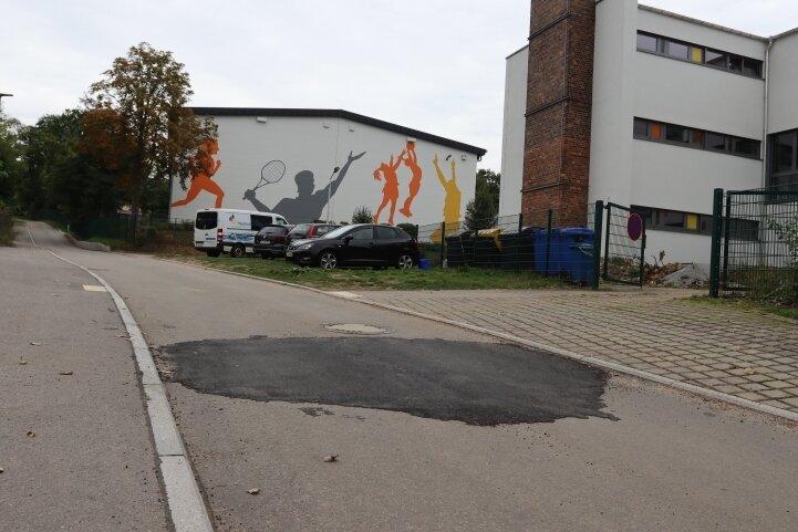 Nach dem Bau des Florian-Geyer-Weges senkte sich die Fahrbahn. Inzwischen wurde der Schaden provisorisch ausgebessert.