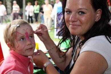 """<p class=""""artikelinhalt"""">Denise Pfleger verzierte das Gesicht von Madeline Weigel. Das Kinderschminken kam zur Spiegelwaldkirmes sehr gut an. </p>"""