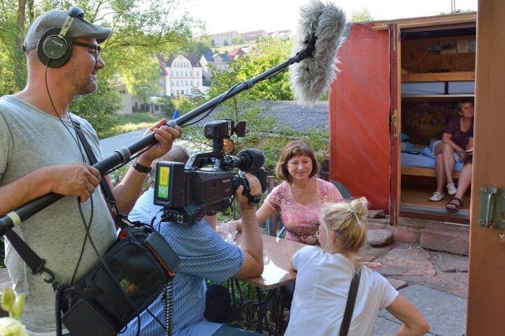 Beim Dreh: Tontechniker Uli Vollmer, Kameramann Matthias Eichhorn und Redakteurin Franziska Wunderlich mit Urlauberin Elke Ullmann.