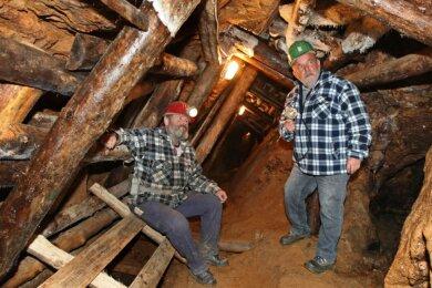 """Wolfgang Prehl (links) und Peter Ritter unter Tage. """"Das Holz muss raus, wenn wir Besucherbergwerk werden wollen"""", so Prehl."""