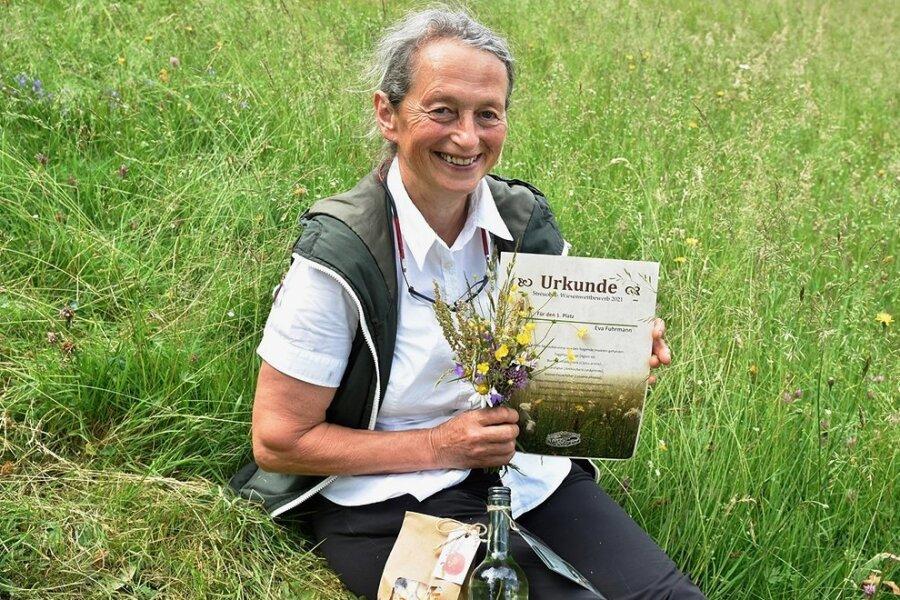 Eva Fuhrmann aus Hundsgrün freut sich über den 1. Preis beim diesjährigen Streuobstwiesenwettbewerb.