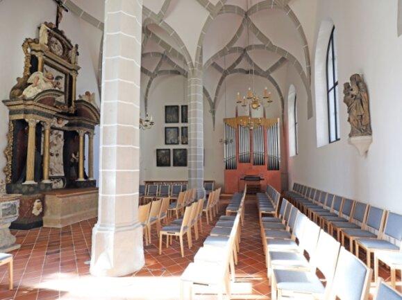 Die Annenkapelle mit dem Altar, der Winterhalter-Orgel und der neuen Bestuhlung.