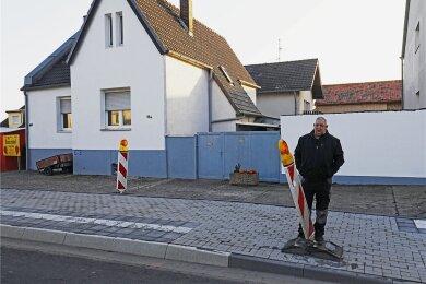 Was nun? Mieter Arno Zaun vor seinem Hofeinfahrt.