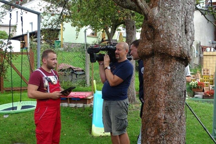 """Frederic Schaarschmidt (links) steht dem Team des MDR für die Sendung """"Unser Dorf hat Wochenende"""" in Reumtengrün Rede und Antwort."""