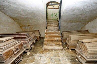 Insgesamt 14 Särge stehen in der Gruft. In einem ruht der erste bürgerliche Rittergutsbesitzer von Blankenhain.