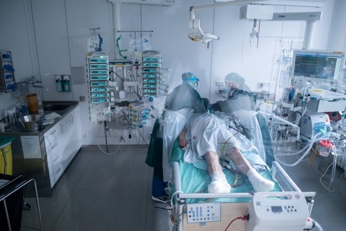 Eine Pflegerin betreut einen Corona-Patienten auf der Intensivstation in Essen. Auch in der Mittweidaer Klinik wurden Corona-Patienten behandelt.