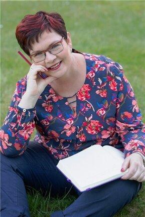 """""""Ich habe eine blühende Fantasie"""", sagt Evelyn Kühne aus Nünchritz bei Meißen. Kürzlich erschien ihr neuntes Buch """"Rügenträume und Meeresrauschen"""". Wieder eine Liebesgeschichte, die an der Ostsee spielt."""