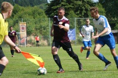 Kapitän Matthias Pomp (M.) und der FV Preßnitztal freuen sich trotz geringer sportlicher Chancen auf das Duell gegen den FC Lößnitz.