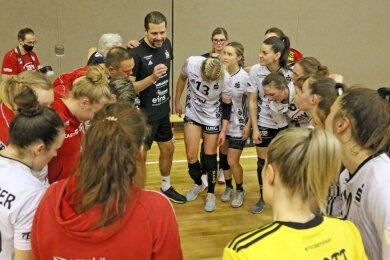 Einschwören auf den Saisonendspurt: Die Handballerinnen des BSV Sachsen Zwickau stehen kurz vor dem Aufstieg in die Bundesliga. Trainer Norman Rentsch fordert nochmals volle Konzentration.