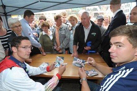Diese sportbegeisterten Chemnitzer wollten Autogramme von Silbermedaillen-Gewinner David Storl sowie Hürdenläufer Silvio Schirrmeister (vorne links).