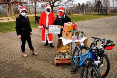 Kaum ein halbes Jahr alt, hilft der Spaß-, Kultur- und Tanzverein Schönberg bereits anderen: Dem Kinderheim Zeulenroda wurden 1000 Euro, zwei Kinderfahrräder und kleine Präsente für die Weihnachtsfeier übergeben.