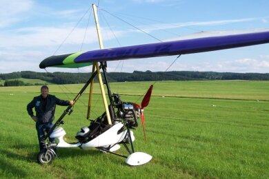 Ulrich Neubert mit seinem Trike. Er hatte sich bei einer Bruchlandung schwer verletzt. Seit 2013 fliegt er nach eigenen Angaben mit solch motorisierten Fliegern, davor aber auch schon mit Drachenflieger.