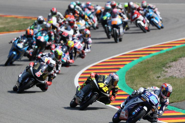 Jorge Martin (88) aus Spanien führt nach dem Start auf seiner Honda das Feld an; gefolgt von seinen Landsmännern Marcos Ramirez (42) und Jaume Masia (5) auf KTM.