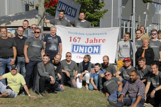 Rund 100 Beschäftigte fanden sich am Samstag vor dem Union-Gelände ein.