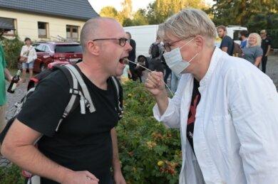 """Die Desinfektionsbeauftrage """"Desi Resi"""" (re.) hat kontrolliert - links Hendrik Wolf aus Oelsnitz."""