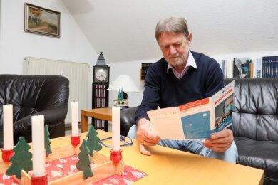 Reiner Künzel aus Lichtentanne hat den Flyer zu den Quarantäneregelungen bereits in seinem Briefkasten gefunden. Über einige Formulierungen wundert sich der Rentner allerdings.