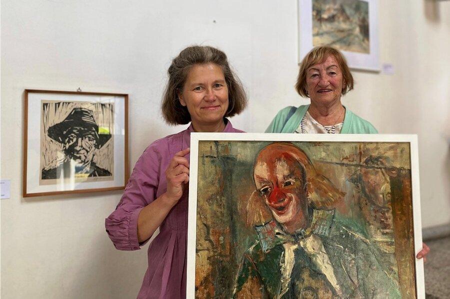 """Klein, aber oho. Museumschefin Martina Bundszus (li.) und Gisela Graupner mit dem """"Clown"""", der einmal einer Kapelle weichen musste."""