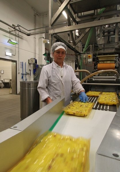 Blick in die Weidensdorfer Produktion. Tatjana Dengis überwacht die Bratkartoffellinie.