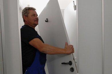 Hans Lang vom städtischen Bauhof in Reichenbach entfernt eine beschädigte Tür in der Toilettenanlage.