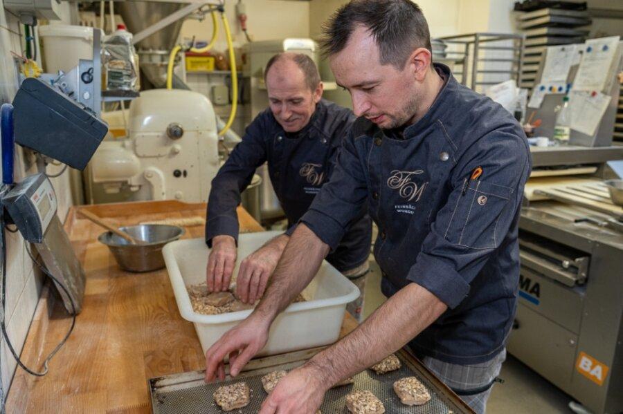 Zwei Wunderlichs in der Backstube der gleichnamigen Feinbäckerei in Schreiersgrün: Bäckermeister Volker Wunderlich (59, links) und Sohn Erik (34), der die Bäckerei weiterführen wird, besaaten Dinkelbrötchen. Der Handwerksbetrieb wurde vor 120 Jahren gegründet, seit 30 Jahren ist Volker Wunderlich der Chef.