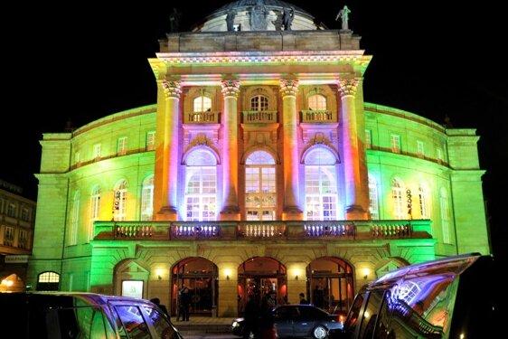 Einmal im Jahr beim Opernball feiert sich das Theater selbst. Nach Glamour ist derzeit an dem Haus aber niemandem zumute, der Einrichtung droht in den nächsten Jahren ein massiver Stellenabbau.