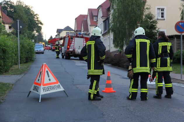 Die Feuerwehr holte einen Mann aus einem verbarrikadierten Haus in Schönborn-Dreiwerden.