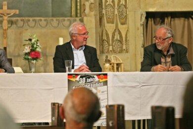 Christian Otto (links) und Martin Böttger (rechts) haben Donnerstagabend in der Lutherkirche Zwickau bei einer von Rolf Sprink moderierten Veranstaltung auf die Zeit der Wende zurückgeblickt.