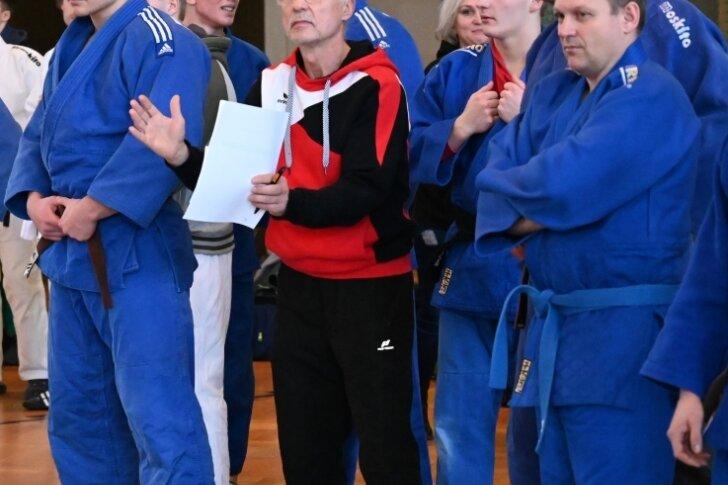Die Mannschaft des JV Ippon Rodewisch bei einem Wettkampf 2019 in Crimmitschau - vorn Mitte Hans-Herbert Luderer, Trainer und zugleich Vizepräsident des Vereins.