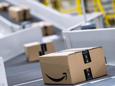 Amazon-Pakete laufen in einem Sortierzentrum über die Bänder. Der US-Konzern ist mit einem Rekordgewinn ins Geschäftsjahr gestartet.