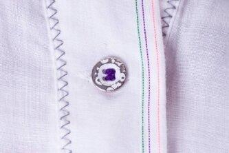 Knopfleiste mit Knopf und Knopfloch einer Bluse. Erst seit dem Mittelalter werden hierzulande Knöpfe zum Schließen benutzt.