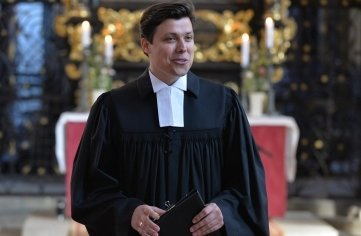Justus Geilhufe (28) nach seiner Ordination durch Superintendentin Hiltrud Anacker.