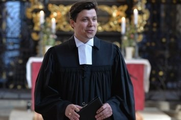 Justus Geilhufe (28) nach seiner Ordination durch Superintendentin Hiltrud Anacker.