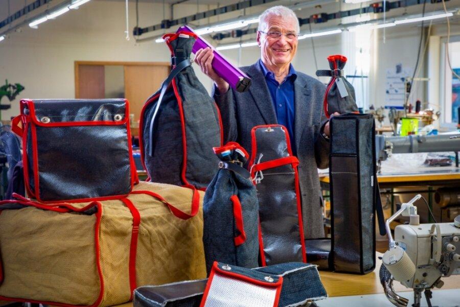 SGT-Geschäftsführer Lothar Göthel mit einer Auswahl an Varianten des Akkusafes. Dabei handelt es sich um eine Spezialtasche aus Glasfilamentgewebe, die verhindert, dass heiß gewordene Akkus kollabieren.