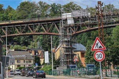 Das Gerüst am Viadukt in Rabenstein ist bereits zur Hälfte wieder abgebaut.