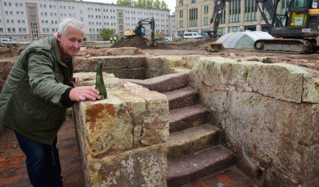 Die Grabungen am Tietz umfassen mittlerweile das gesamte Areal des ehemaligen Parkplatzes in der Innenstadt. Grabungsleiter Peter Hiptmair zeigt eine Glasvase, die gefunden wurde. Durch die Hitze der Brände nach den Bombenangriffen im Zweiten Weltkrieg wurde die Vase verformt.