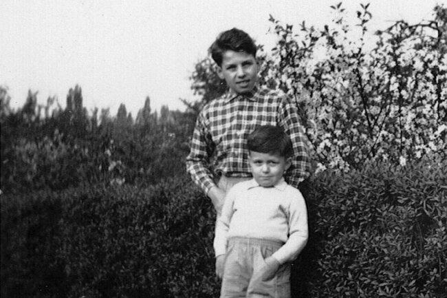 Heinz-Uwe Mauersberger mit seinem kleinen Bruder Bernd vor einer Hecke in Hagen.