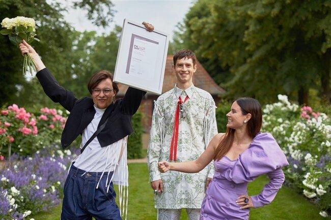 """Mode-Design-Student Lars Witkowski (links) jubelt über seinen Erfolg. Im Wettbewerb European Fashion Award """"Fash"""" 2021 wurde er von der Hochschule Hannover mit dem 1. Preis im Bereich Studierende für seine Sommerkollektion """"Oddity 1400"""" ausgezeichnet."""