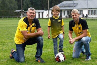 Sie treffen sich oft auf dem Sportplatz in Niederlungwitz. Jens (57), Luke (5) und Patrick Baas (32) freuen sich auf die Festwoche zum Vereinsjubiläum.