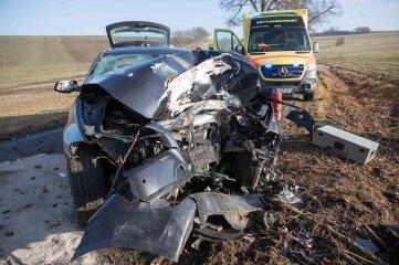 Der BMW war frontal gegen einen Baum zwischen Langenau und Gränitz geprallt.